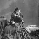 """On a souvent pensé que cette photo représentait Madame Henriette Feller dans un jeune âge. Toutefois, les archives canadiennes indiquent que cette photo, titrée """"Mademoiselle Feller"""", a été prise par le photographe William James Topley (1845-1930) en septembre 1869. Elle fait partie d'une collection de photos des membres du gouvernement et de personnalités de la région d'Ottawa entre 1868 et 1924 (www.collectionscanada.gc.ca)."""